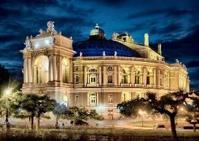 Оперний театр в Одесі вночі